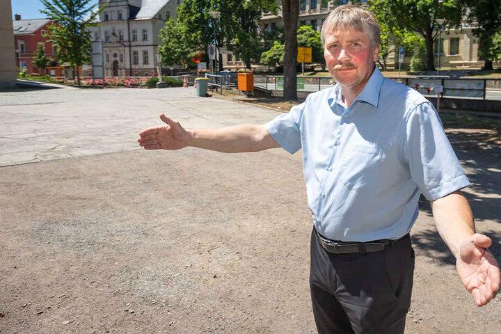 Bürgermeister Erik Seidel (53, parteilos) steht ratlos auf dem leeren Festplatz. Ein paar Buden wird es zwar geben, aber Riesenrad, Autoscooter und Kinderkarussell werden die Gersdorfer vergeblich suchen.