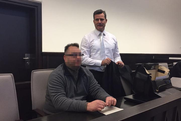 Hier sitzt der mutmaßliche Folterer Wilfried W.. Sein Strafverteidiger Detlev Binder steht ihm zur Seite.