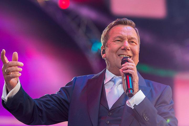Roland Kaiser (65) hat zum Geburtstag gut lachen. 50.000 Fans werden zur  Kaisermania am 4./5. und 11./12. August am Elbufer erwartet.