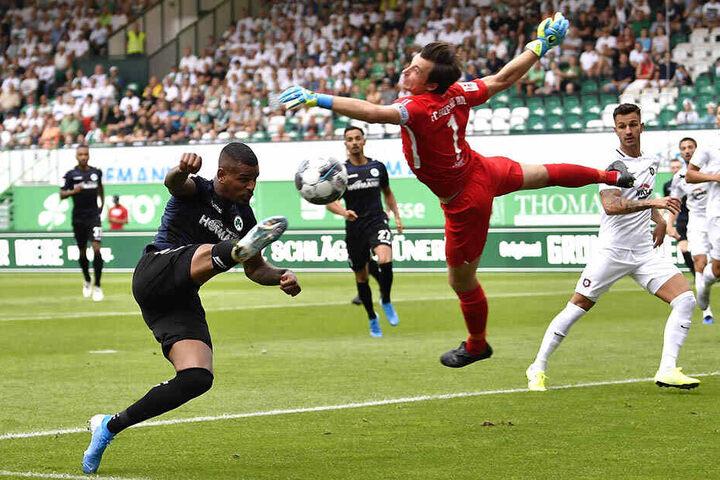 Daniel Keita-Ruel zieht ab, Martin Männel fliegt zum Ball.