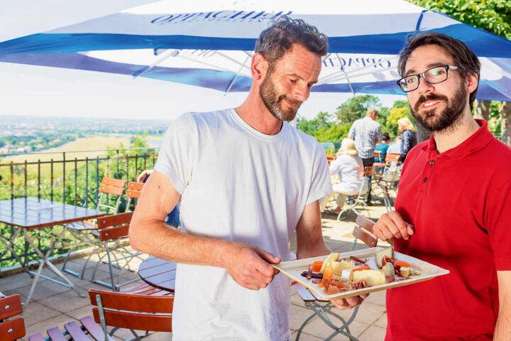 """Die neuen Wirte vom Luisenhof: Matthieu Caziot (32, re.) und Nick Murphy (48)  auf der Terrasse. Name der Freiluftgaststätte: """"INGEs""""."""