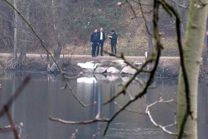 12. Januar: Polizisten am Pfingstbergweiher. Dort wurde das tote Kind entdeckt.