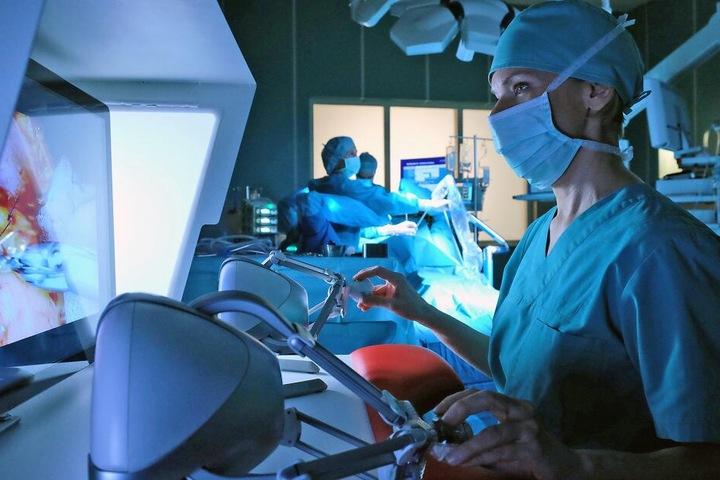 Dr. Kathrin Globisch findet sich immer besser am OP-Roboter zurecht.