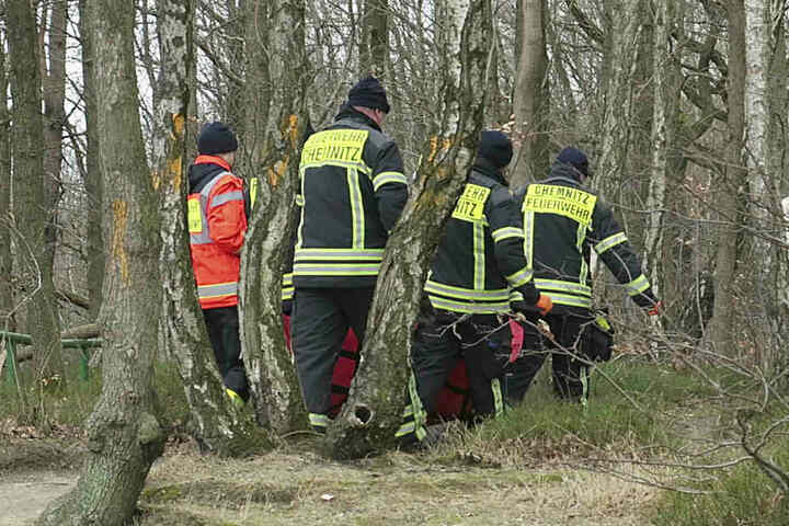 Sanitäter bargen den Mann in dem unwegsamen Gelände, transportierten ihn mehr als einen Kilometer zu Fuß bis zum Rettungswagen.
