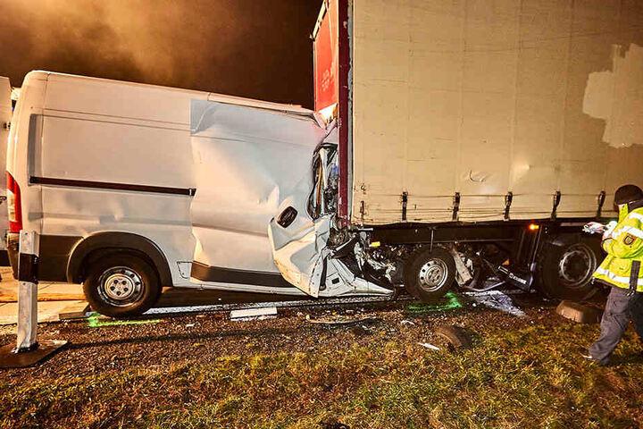 Bis zu zwei Meter drückte sich in der Unfallwagen in den geparkten Sattelzug.