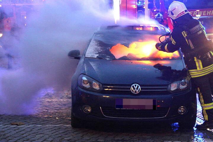 Flammen und Funen schlugen aus dem Auto. Vermutlich könnte es sich um einen Kurzschluss gehandelt haben.