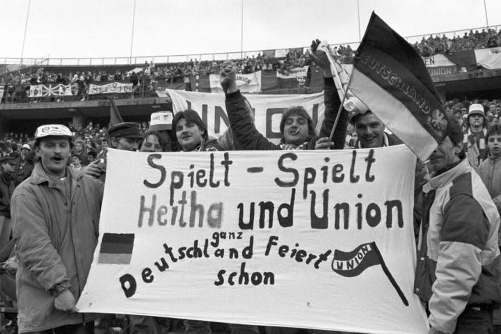 Pure Freude: Nachdem Mauerfall gastierte Union 1990 im Berliner Olympiastadion. Hertha BSC gewann 2:1.