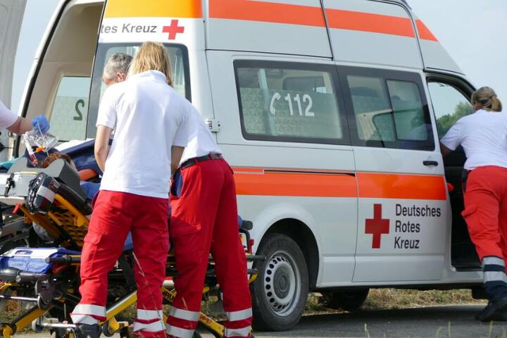Vater und Sohn wurden mit Rettungswagen in Krankenhäuser gebracht. (Symbolbild)
