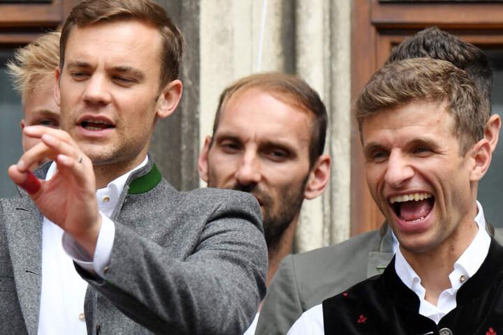 """""""Nein, nochmal. By-ern Moon-Shun. Jetzt du."""" So in etwa würde es wohl aussehen, wenn Manuel Neuer (l.) den UEFA-Sprachkurs einsetzen würde."""