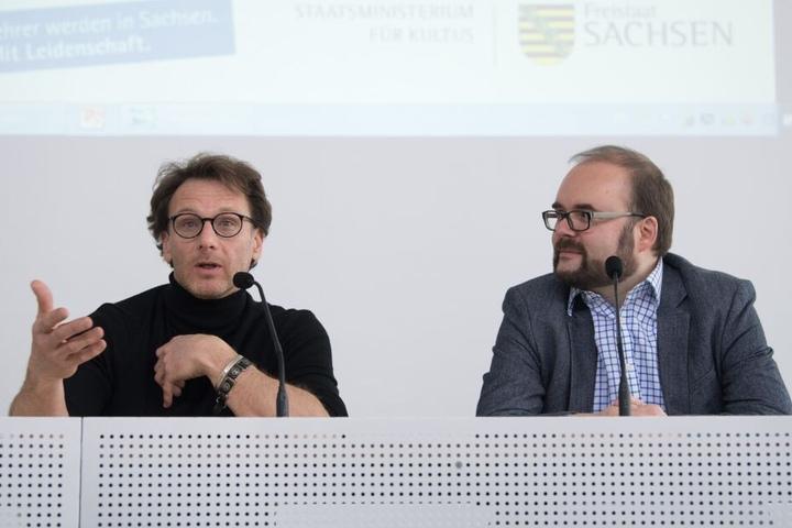Duryn während der Pressekonferenz zur Lehrerkampagne neben Sachsens Kultusminister Christian Piwarz (43, CDU).