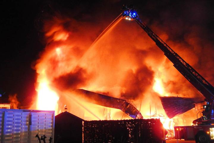 Die Feuerwehr musste mit einem Leiterwagen die Flammen in der brennenden Lagerhalle bekämpfen.