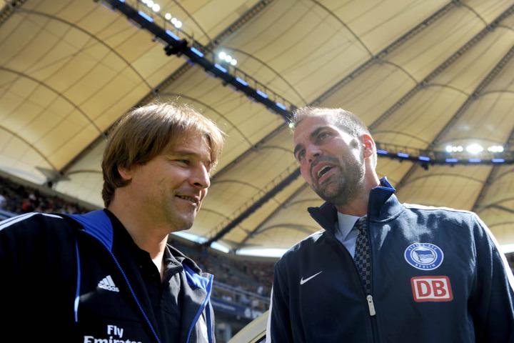 Oenning, hier 2011 als Trainer des Hamburger SV, zusammen mit dem damaligen Hertha-Trainer Markus Babbel.