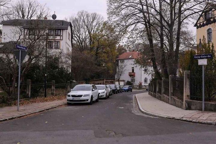 In der Georg-Estler-Straße hat der Mann die Frau bestohlen und mit einem Messer bedroht.