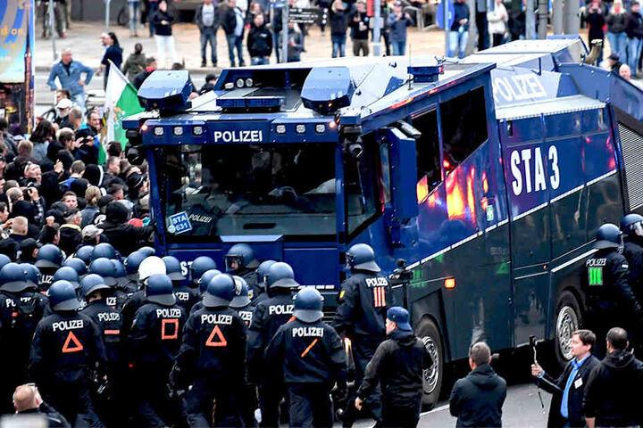 Wasserwerfer werden von der Polizei in Stellung gebracht.