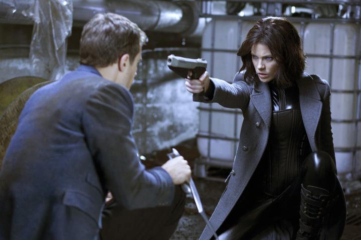 """David (Theo James) und Selene (Kate Beckinsale) in einer Szene des Films """"Underworld: Awakening""""."""