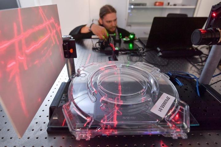 Forscher können im AZOM zum Beispiel lasergestützte Messungen vornehmen.