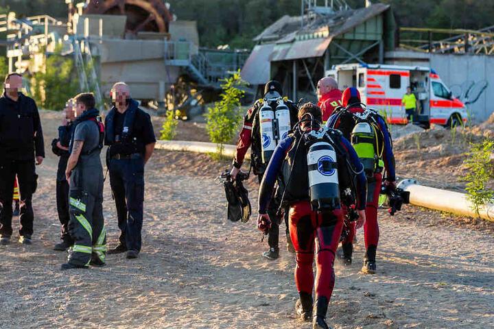 Taucher, Rettungsboote und ein Hubschrauber kamen zum Einsatz.