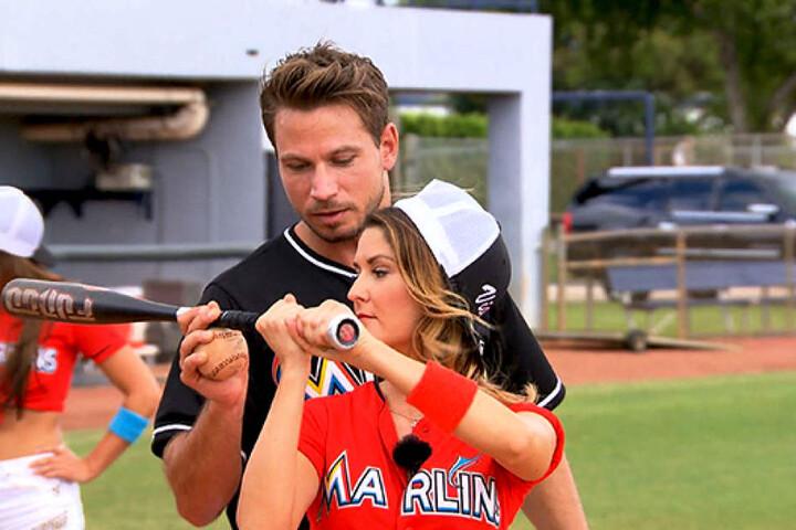 Beim Gruppendate auf dem Baseballplatz gehen Viola (26) und Sebastian auf Tuchfühlung.