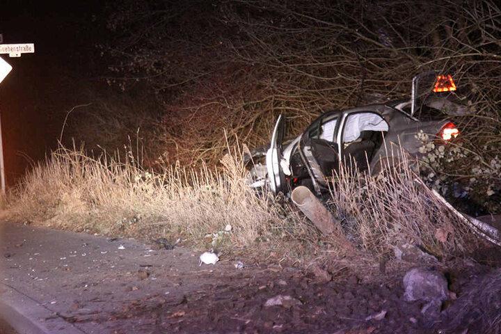 Das Auto blieb als Wrack im Seitengraben liegen.