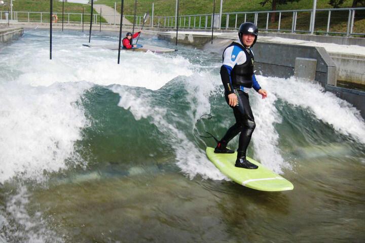 Der Kanupark Markkleeberg ist jetzt auch ein Surfspot. Wer das ausprobieren möchte, kann für den kommenden Sonntag noch Termine buchen. Ein 2,5 stündiger Kurs Bodyboarding kostet 30 Euro.