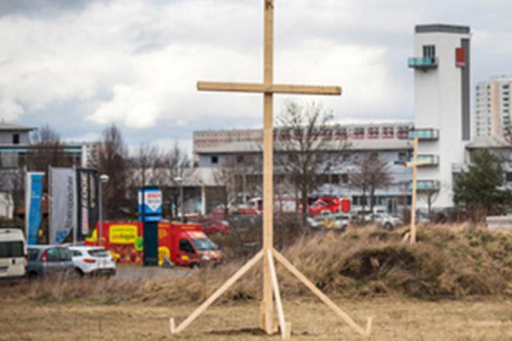 Die Stadt Erfurt sieht bislang keinen Grund, das Kreuz wieder abzubauen.