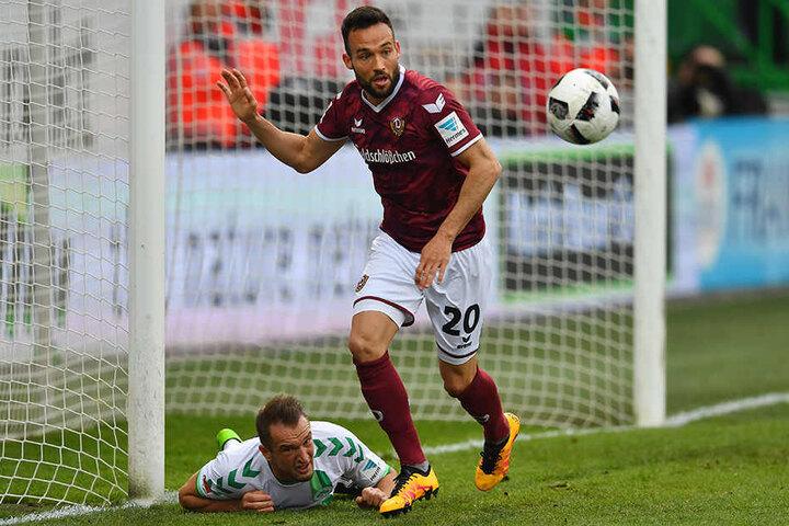 Fabian Müller klärt hier gegen Veton Berisha.