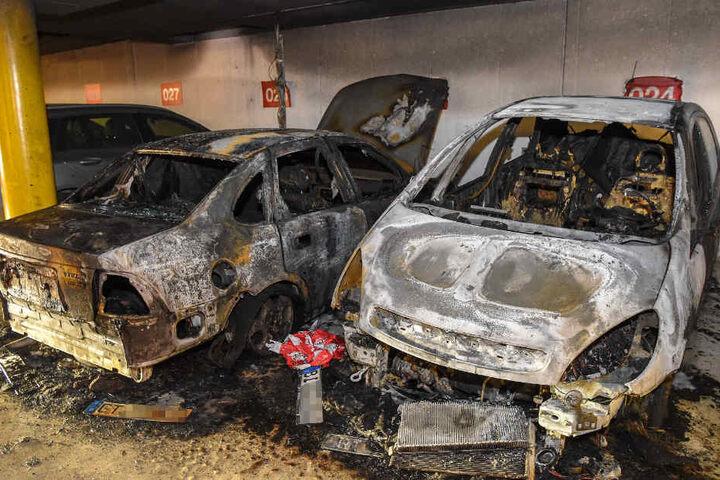 Zwei Autos brannten völlig ab.