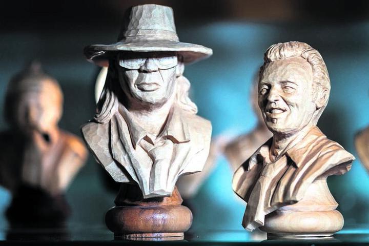 Udo Lindenberg und Bruce Springsteen als Feinde auf dem Schachbrett: Gemacht hat sie der Hobby-Schnitzer Kai Redlich (42) aus St. Egidien.