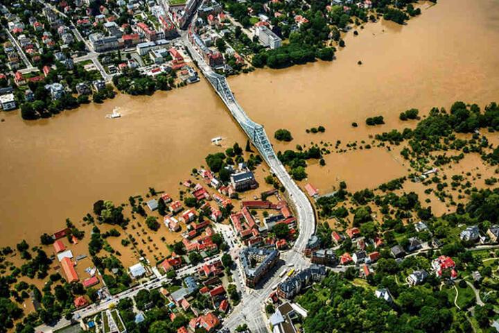 """Das Hochwasser 2013. Vorn rechts am Blauen Wunder das überflutete """"Demnitz""""."""