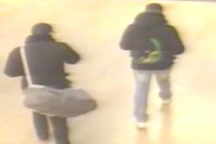 Die Männer benutzen zum Abtransport der Beute eine große graue Sporttasche mit weißen Tragegurt und einen schwarzen Rücksack mit grünen Applikationen.