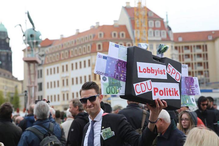 Der Protest gegen das Kunstwerk wurde nicht nur lautstark sondern auch mit (gebastelten) Transparenten und Plakaten bekundet.