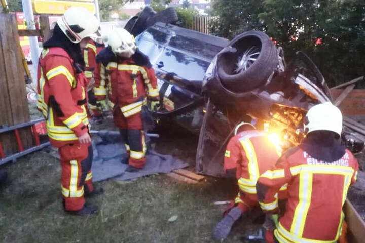 Der Fahrer (27) wurde schwer, zwei weitere Insassen leicht verletzt.