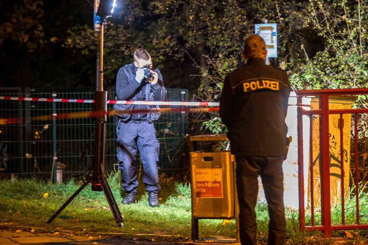 Die Polizei sicherte in der Umgebung Spuren.