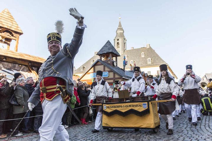 Über 1.000 Trachtenträger ziehen ab 13.30 Uhr von der Wolkensteiner Straße aus vor die St. Annenkirche.