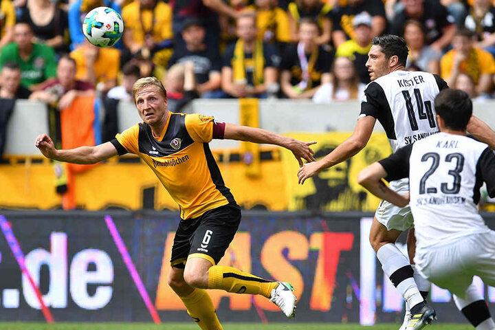 Marco Hartmann (l.) kämpfte zwar, hatte gegen Ex-Dynamo Tim Kister (Nummer 14) und dessen Truppe einen schweren Stand.