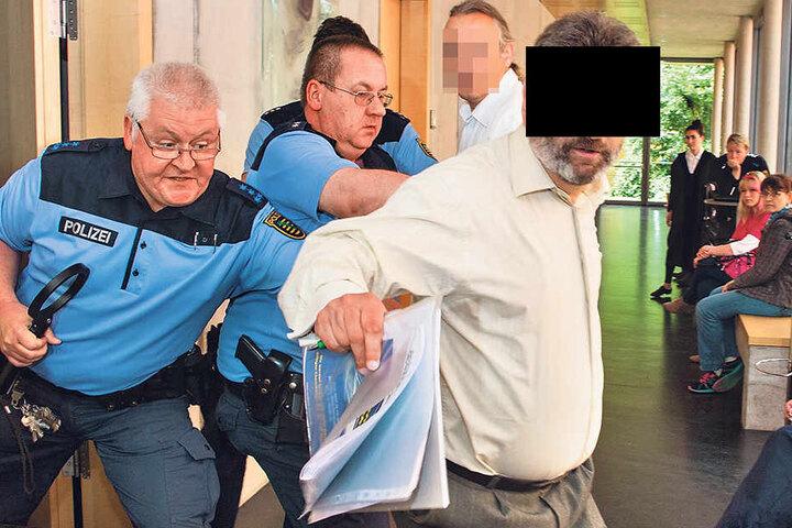 """Der """"staatenlose"""" Willhard Z. gab sich als  Rechtsanwalt aus, konnte nur mit Gewalt aus dem Saal geschmissen werden."""