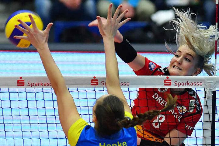Marrit Jasper (Dresden) gegen Denise Hanke (Schwerin) am Netz.