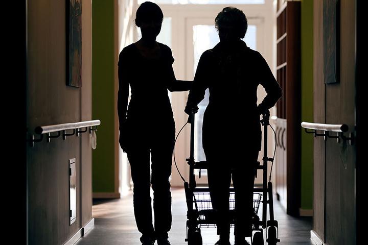 Zu wenig Personal schafft Mehrarbeit: Sachsens Pflegekräfte haben laut Gewerkschaft ver.di 1,5 Millionen Überstunden aufgetürmt.