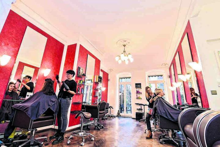 Nach zehn Tagen Frischekur strahlt der Salon in hellem Weiß und rotem Tapetenmuster.