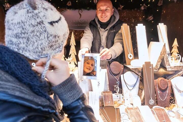 Schmuckverkäufer Jör Schönige (48) berät Kundin Marlen Scheithauer (28). Sie kaufte gleich zwei Präsente.
