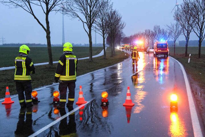 Die Feuerwehr sperrte die Straße für Räumungsarbeiten.