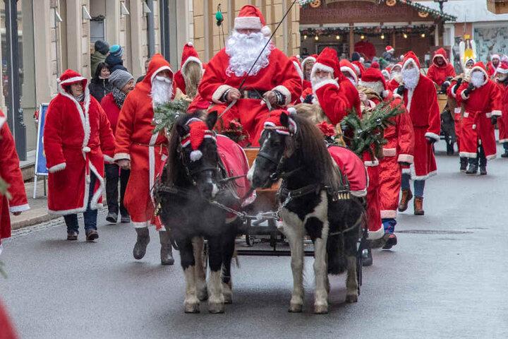 Dutzende Weihnachtsmänner zogen am Samstag durch Zwönitz.