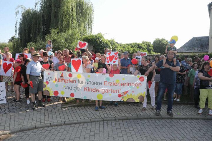 Rund 100 Eltern und Anwohner hatten sich im Juli zu einer Versammlung eingefunden, um die Erzieherinnen zu unterstützen.