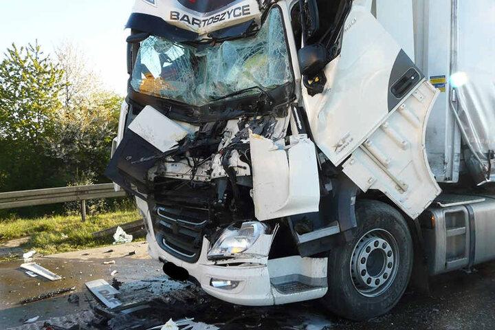 Im Zuge des Unfalls prallten die fünf hintereinander fahrenden Lkws aufeinander, wurden schwer beschädigt.