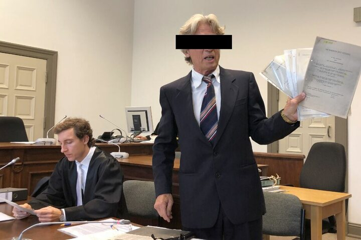 Der angeklagter Serienbankräuber (r) fiel durch seine skurrile Show vor Gericht auf.