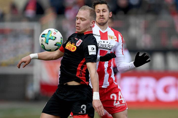 Union-Stürmer Steven Skrzybski (re.) im Zweikampf mit Regensburgs Alexander Nandnik.