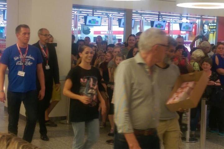 Die Pünktlichkeit in Person: Gut gelaunt betrat Vanessa Mai den Media Markt, um ihren Fans Autogrammwünsche zu erfüllen.