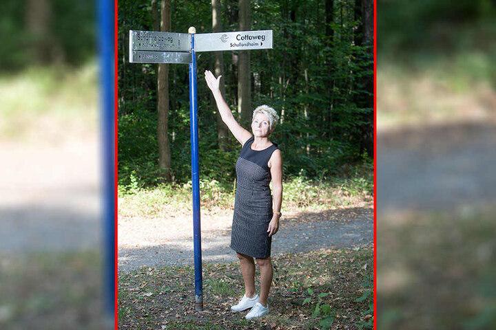 In der Nähe wurde ein Mädchen ermordet: Stadtführerin Veronika Leonhardt (59) zeigt auf den Wegweiser zum Schaftreibeweg.