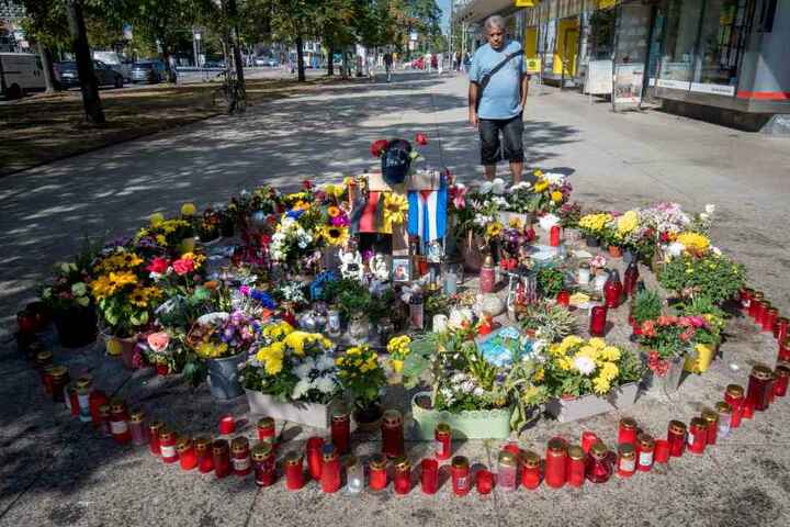 Am Tatort liegen immer noch Blumen, brennen Kerzen. Hier wurde Daniel H. († 35) am Stadtfest-Wochenende erstochen.