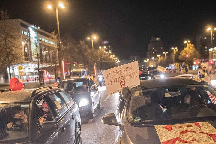 """Freunde und Kollegen des """"Welt""""-Korrespondenten Deniz Yücel fahren in einem Autokorso durch Berlin."""